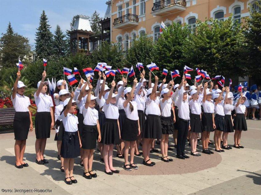 В День российского флага в Кисловодске развернули огромный триколор