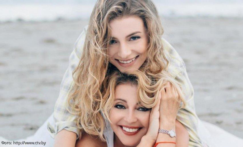 Проживающая в США дочь Анжелики Варум и Леонида Агутина выступает в рок-группе и подрабатывает официанткой