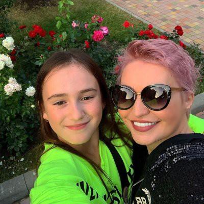 Катя Лель сменила имидж и покрасила волосы в розовый цвет
