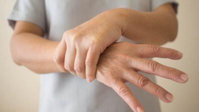 Врачи назвали опасные причины дрожания рук