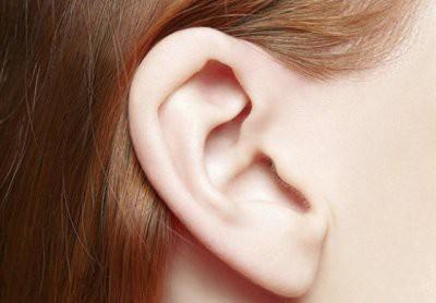 Врачи рассказали, о каких болезнях можно узнать по ушам