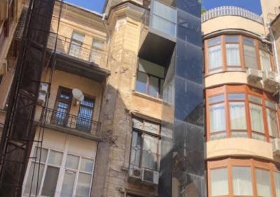 Житель исторического здания достроил снаружи частный лифт на четвертый этаж, опубликовано фото
