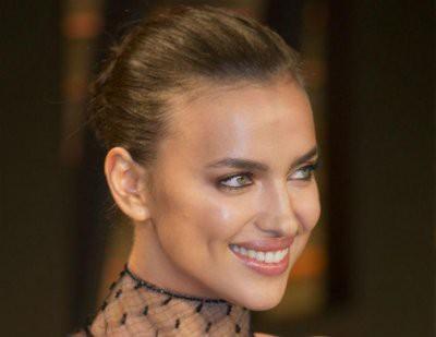 Ирина Шейк вышла в свет в черном мини-платье с глубоким декольте
