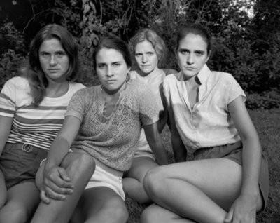 Американец 43 года подряд фотографировал жену с сестрами, фото