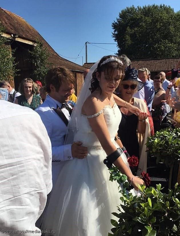 Девушка не могла ходить, но ради своей свадьбы она встала на ноги и пошла к алтарю