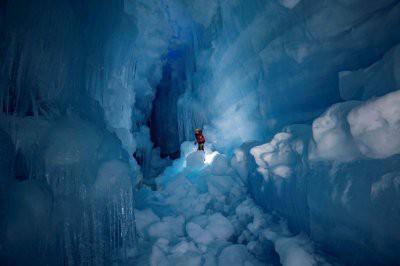 Украинские полярники нашли затерянную пещеру в Антарктиде с озерами и рекой