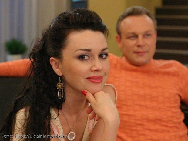 Супруг Анастасии Заворотнюк опроверг слухи об онкологии, объяснив её затворничество послеродовой депрессией