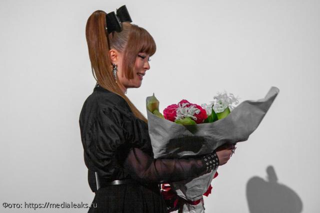 Киану Ривза покорила японская певица своим голосом и ниндзя-платьем