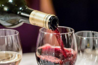 Эксперты рассказали, как легко отличить настоящее вино от фальшивки
