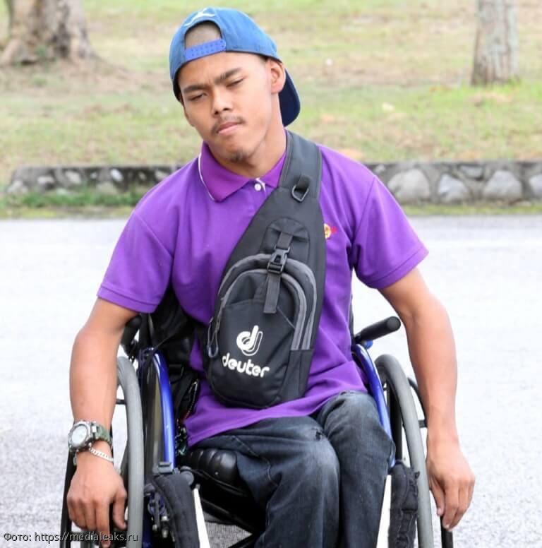 Парень с детства прикован к инвалидной коляске, но он сумел стать настоящим героем