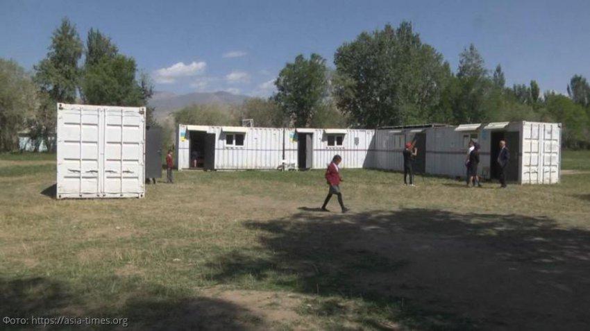 Школьники Киргизии временно обучаются в металлических контейнерах