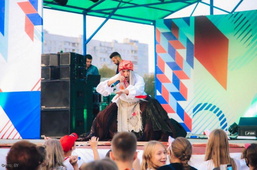 Баба Яга зачитала рэп на Дне города в Москве