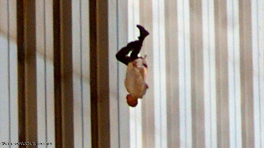 Вспоминаем 11 сентября 2001 года: самые нашумевшие кадры теракта в США