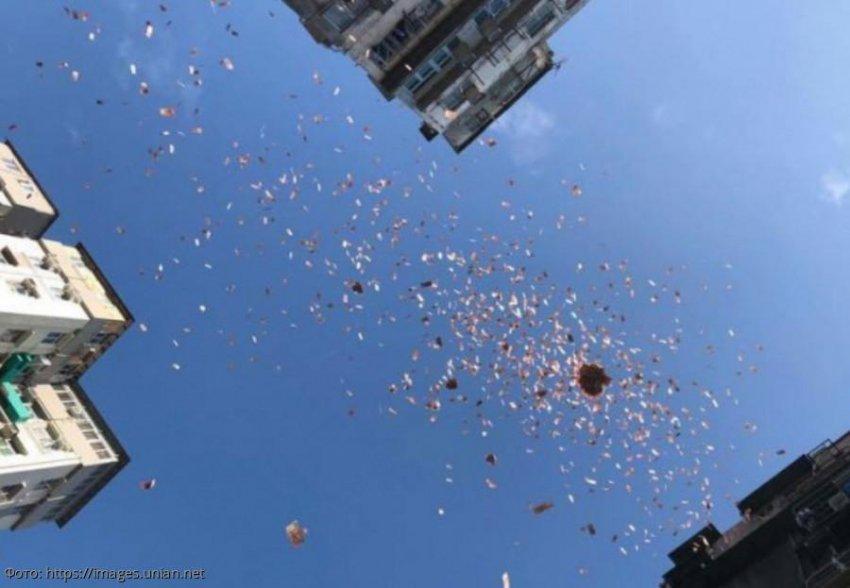 Китаец сгоряча разбросал по улице 14 тысяч долларов, а затем попросил вернуть их обратно