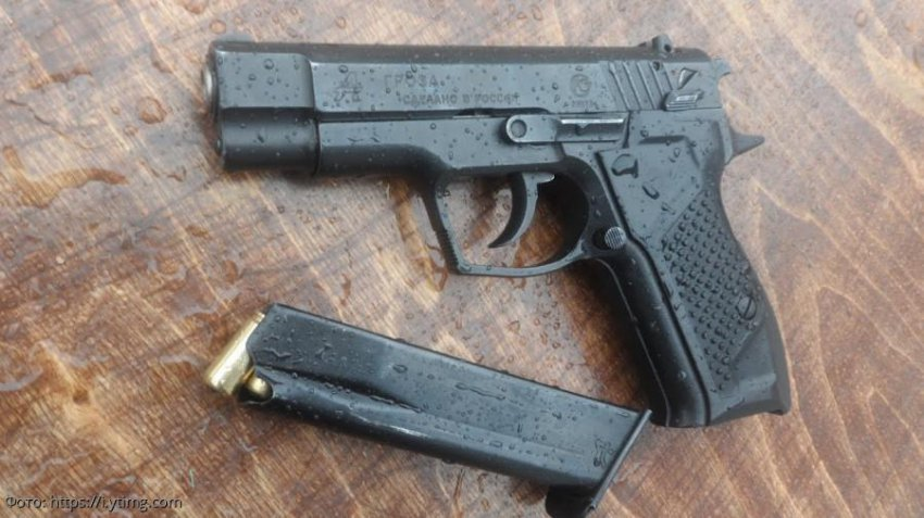 Омичка случайно выстрелила в себя из травматического пистолета во время селфи