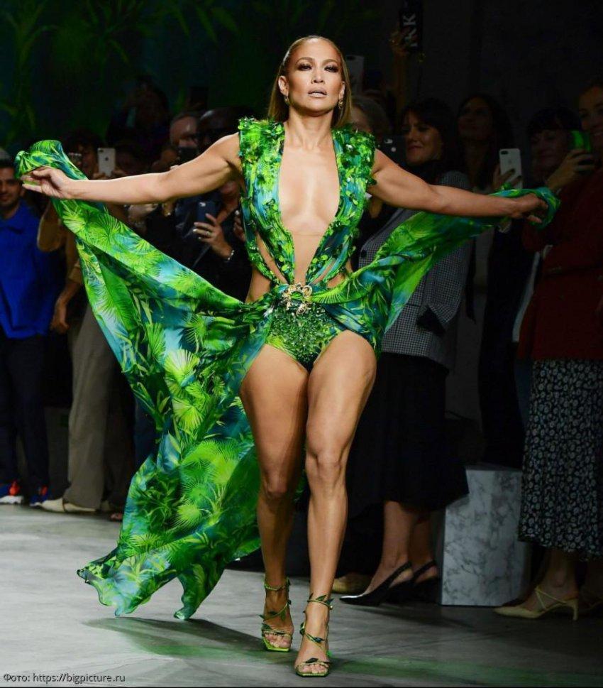 Прекрасна навсегда: 50-летняя Дженнифер Лопес прошлась по подиуму в платье от Versace