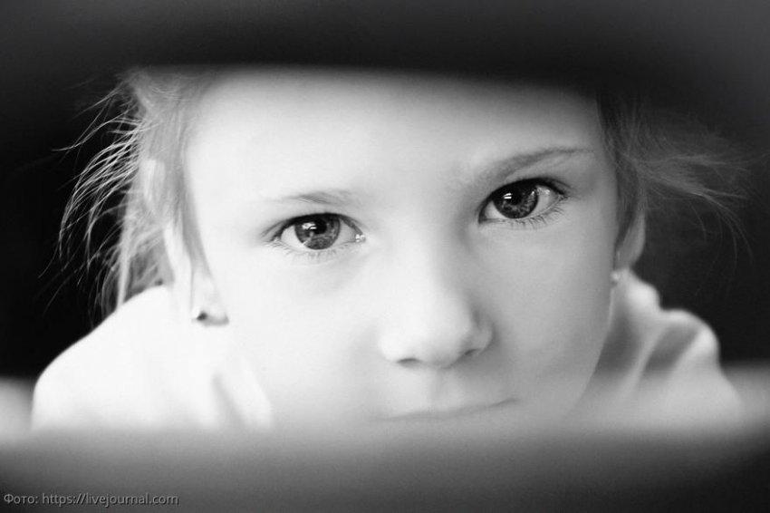 История из жизни: брошенная девочка попросила чужих людей забрать ее к себе в семью