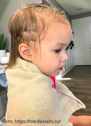 Трехлетний брат подстриг младшую сестру, родители испугались, но прическа – огонь