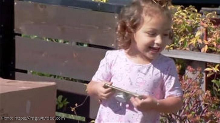 Малышка взяла в руки смартфон и оставила семью без денег, но зато исполнила мамину мечту