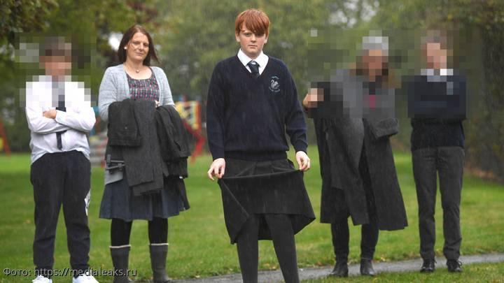 Парня отстранили от учебы за неправильные штаны, и он надел в колледж юбку