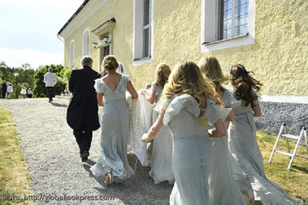 Супруги поневоле: в Англии рассеянный священник случайно поженил шафера и подругу невесты