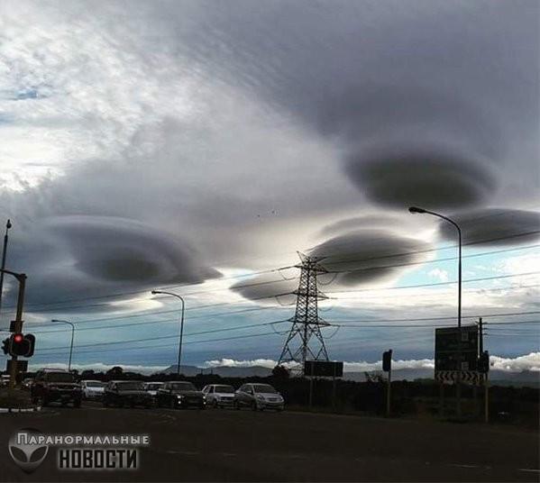 Над городом в Исландии зависло огромное облако-яйцо