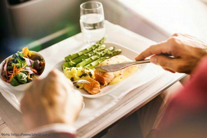 ТОП-10 российских авиакомпаний с лучшей едой на борту