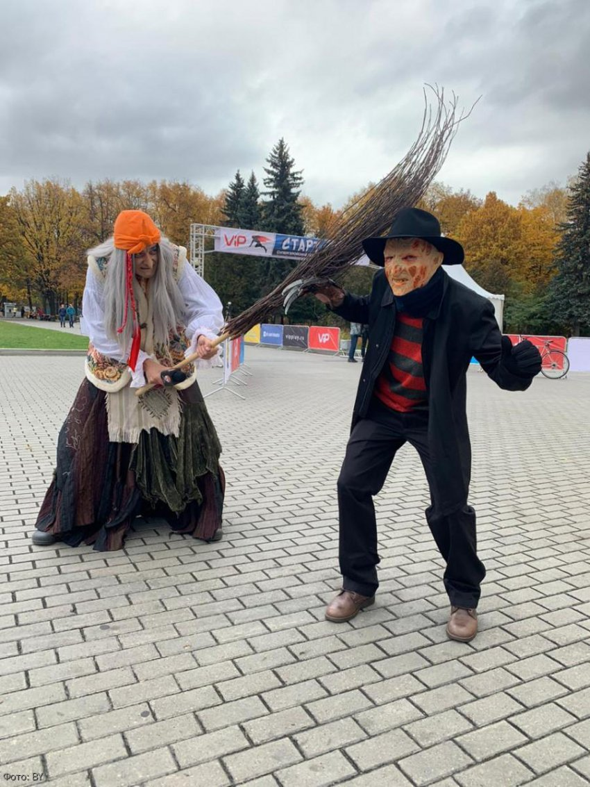 Баба Яга «сделала» Бэтмена на супергеройском забеге в Москве