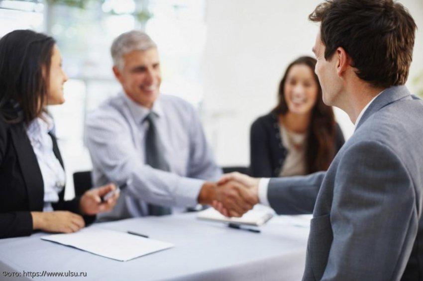 Правила рукопожатия, помогающие устроиться на работу