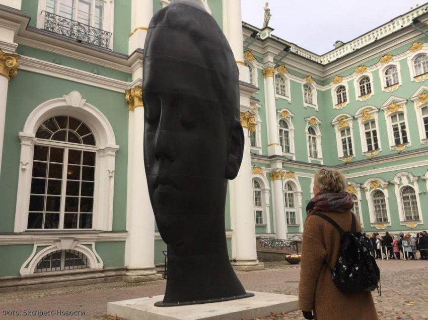Семиметровый арт-объект появился в саду Эрмитажа