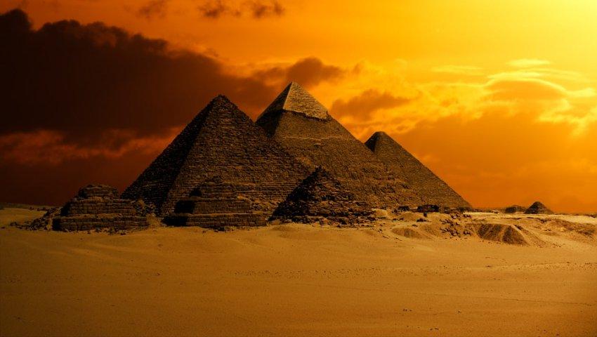 Возле пирамиды Хеопса обнаружена неизвестная ранее гробница