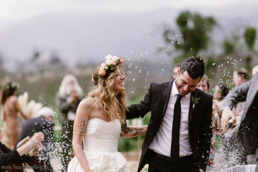 Обманутый жених отомстил невесте, прямо на свадьбе раздав гостям конверты с доказательствами её измены