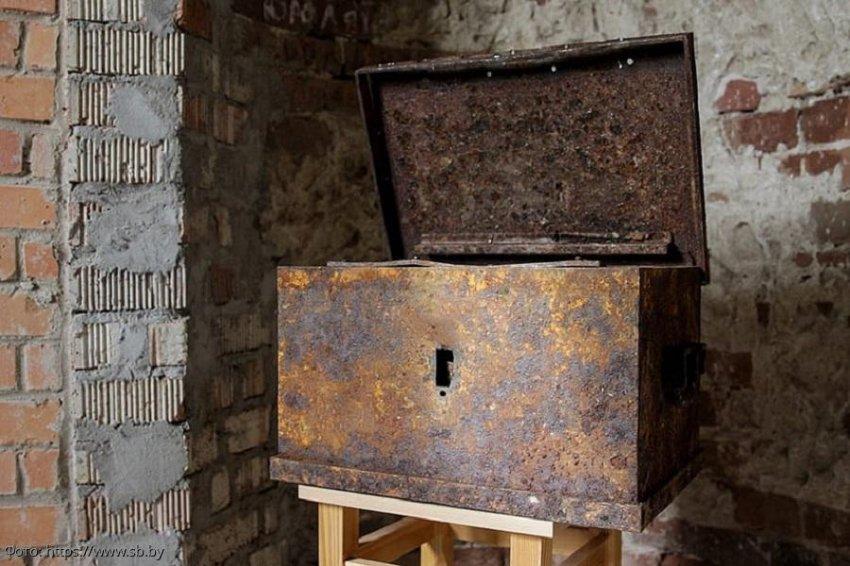 Мужчина купил старый дом на окраине села и случайно нашел под ним военный клад