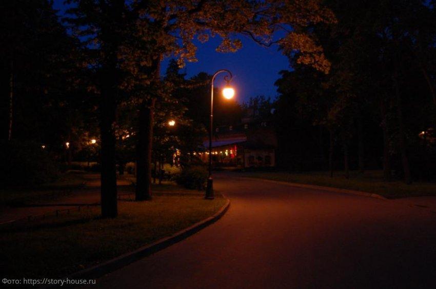 Молодой человек напал на свою девушку, чтобы отучить ее ходить одной по темным переулкам