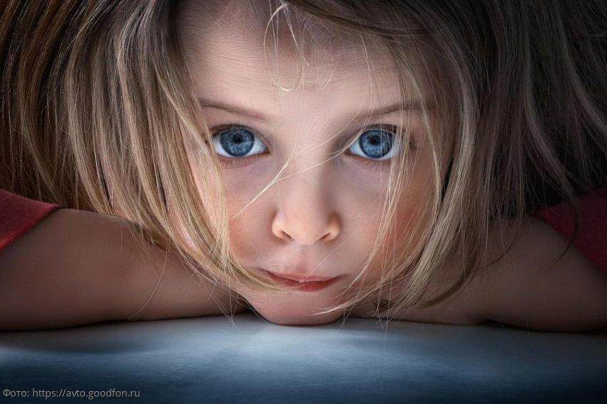 4-летняя кроха навсегда запомнила день, когда её бросила мама: «Она уезжает, а я бегу следом»