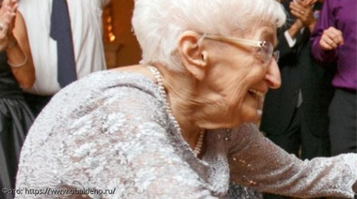 Занятия йогой сделали горбатую бабушку стройной женщиной