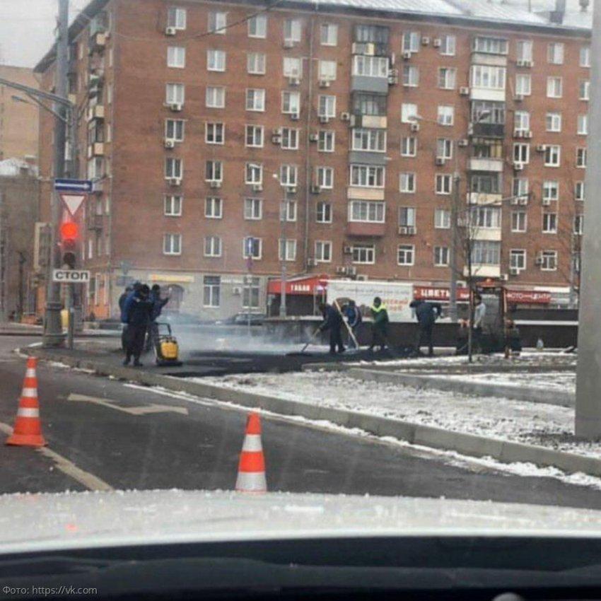В Москве рабочие укладывают газон и асфальт прямо в снег