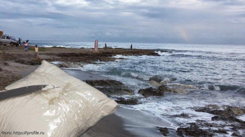 Женщина нашла пакет с кокаином, прогуливаясь по пляжу