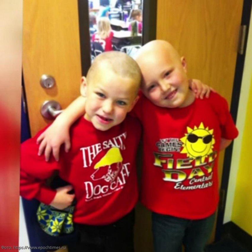 7-летний мальчик побрился налысо ради своего тяжелобольного друга