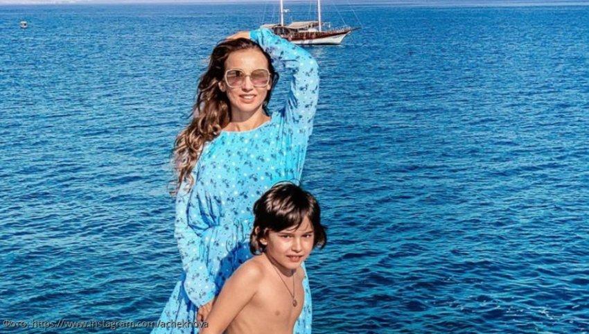 Анфиса Чехова призналась, что в юности обливалась ледяной водой для похудения