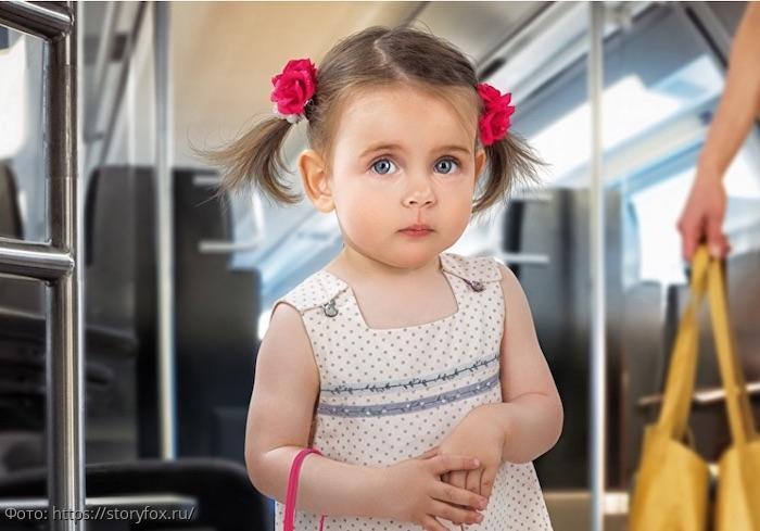 Маленькая девочка хотела уступить бабушке место в автобусе, а ее слова до слез рассмешили пассажиров
