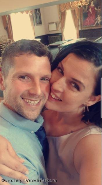 В разгар свадьбы в зал ворвалась женщина в фате и напала на жениха, но это оказалось розыгрышем