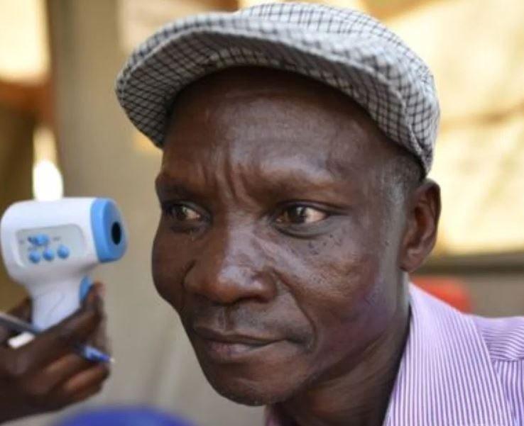 В Уганде живет человек, который пукает такими ядовитыми газами, что убивает всех комаров вокруг себя