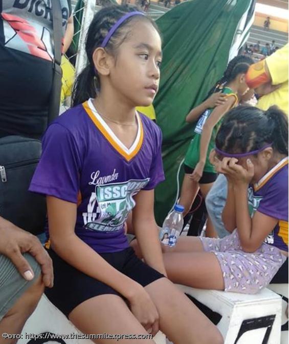 У Реи из Филиппин не было кроссовок, но она сделала обувь из пластыря и победила в забеге