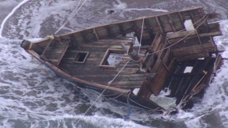 На берегу в Японии обнаружили «лодку-призрак» с пятью скелетами