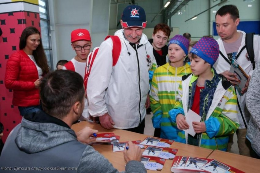 ХК «Сочи» провел автограф-сессию для юных следж-хоккеистов с инвалидностью