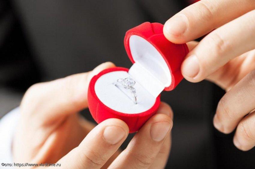 Парень сделал предложение девушке, но в итоге выяснил, что та ему изменяет
