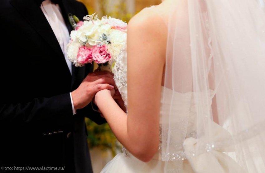 Невеста расстроилась до слез от обещаний жениха перед алтарем, когда поняла, что они обращены к ее дочери