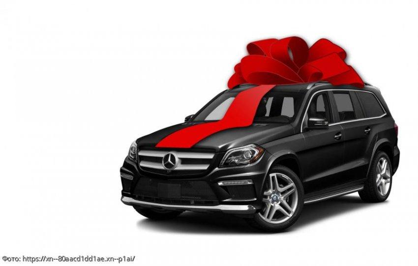 Парень подарил девушке на день рождения машину, но она пришла в бешенство, когда узнала, где он ее взял
