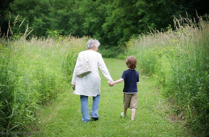 История из жизни: бабушка воспитала приёмного внука, а он вырос и подарил ей путёвку в дом престарелых